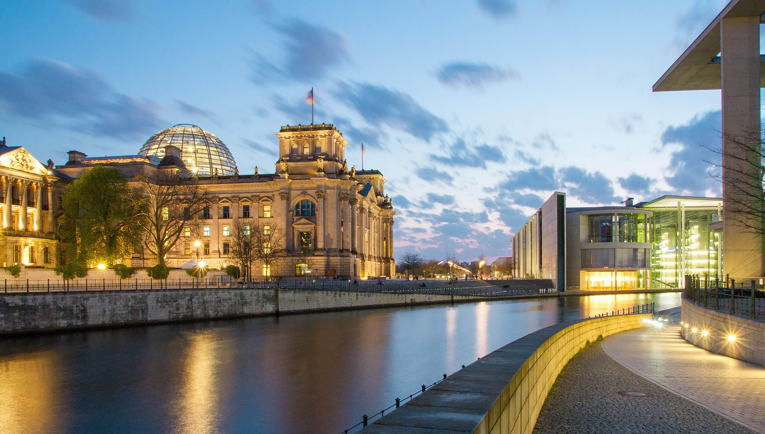 Bundestagsgebäude an der Spree
